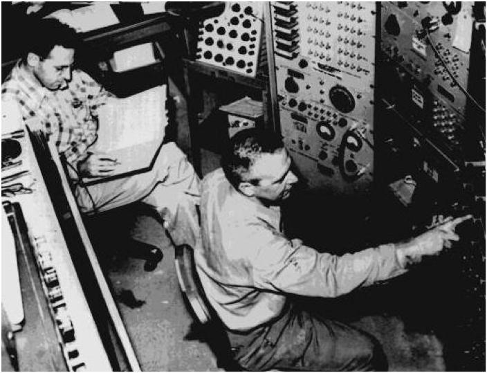Reines e Cowan nella sala controllo del loro esperimento